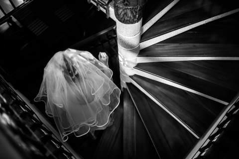 menyasszony lépcsőn lefelé esküvőre tart