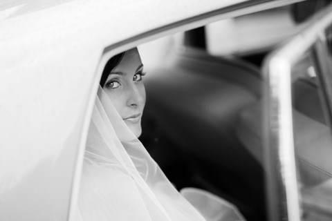 menyasszony érkezik az esküvőjére