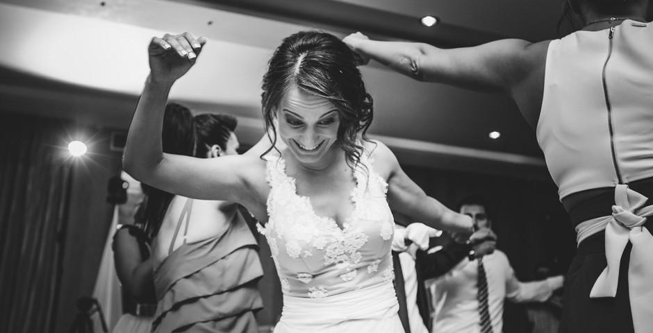 Önfeledt tánc egy esküvői bálon.
